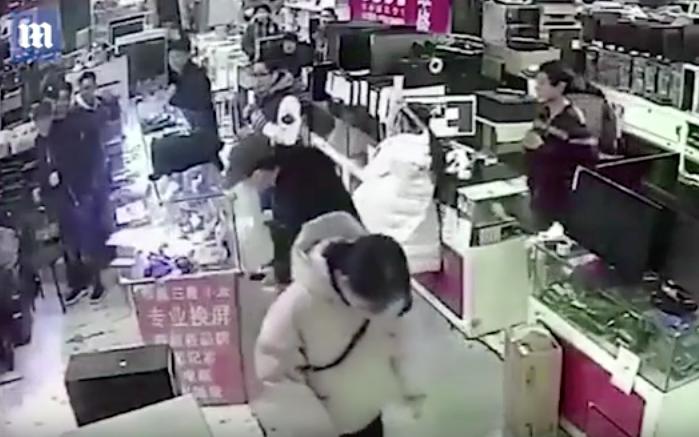 Инцидент в магазине в Китае. Фото Скриншот Youtube