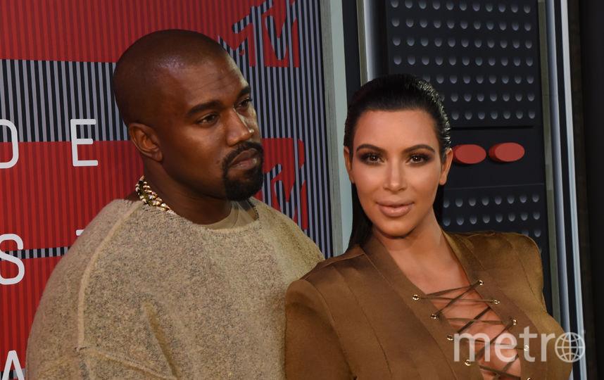 Ким Кардашьян показала грудь впрозрачном одеяние
