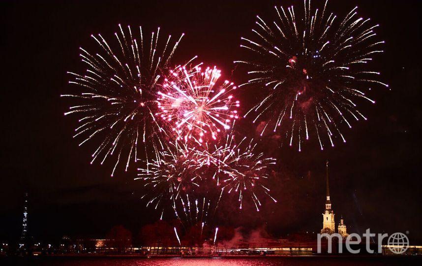 Фейерверк во время Фестиваля огня 7 января 2018 года. Фото gov.spb.ru