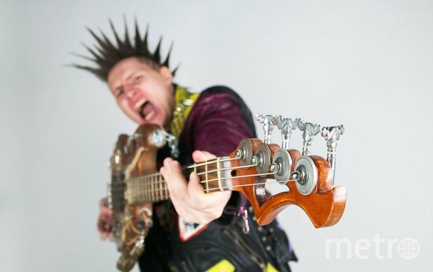 Вместо автомата я держу в руках гитару и играю панк-рок в группе ТурбоХОЙ! Фото Бочкарев Иван