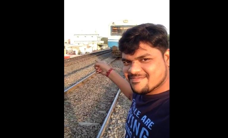 Парень вместо селфи снял, как его сбил несущийся поезд. Фото Все - скриншот YouTube