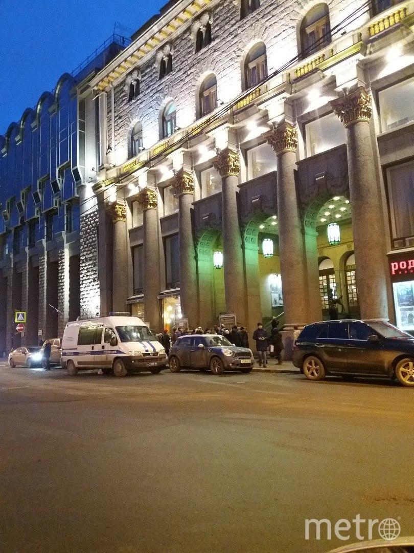 """Эвакуация Дома кино и киноцентра """"Родина"""". Фото vk.com/spb_today, vk.com"""