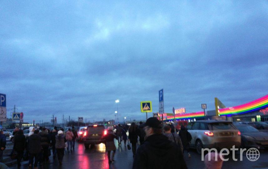 """Эвакуация ТРК """"Радуга"""". Фото vk.com/spb_today, vk.com"""