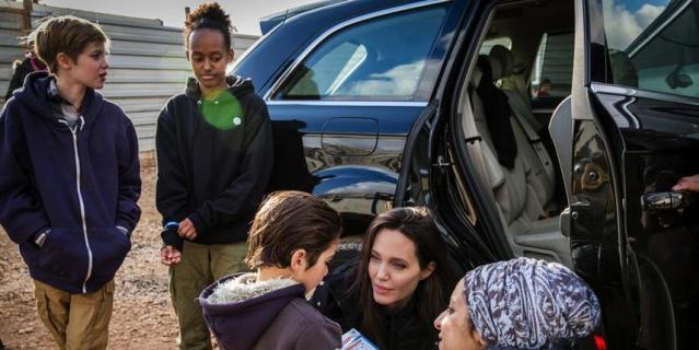 Джоли и ее дочери - Шайло и Захара (слева).