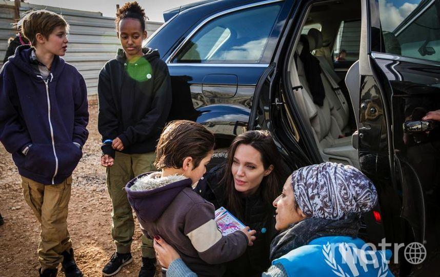 Джоли и ее дочери - Шайло и Захара (слева). Фото Getty