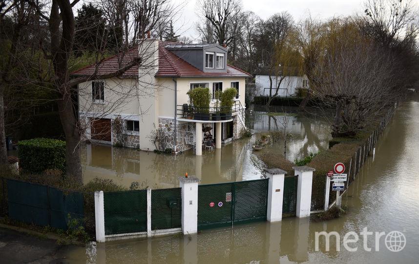 Мощные паводки во Франции привели к тому, что улицы многих городов превратились в каналы, а из-за повышения уровня воды в Сене в некоторых районах Парижа можно перемещаться только на лодке. Фото AFP