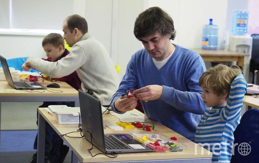 """Малыши могут собирать роботов намного лучше взрослых. Фото Святослав Акимов, """"Metro"""""""