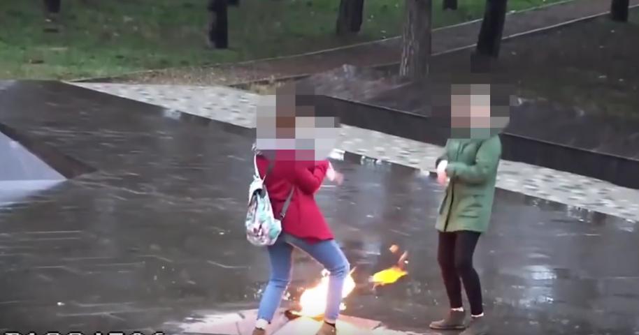 На плевавших в Вечный огонь школьниц завели административные дела. Фото Все - скриншот YouTube