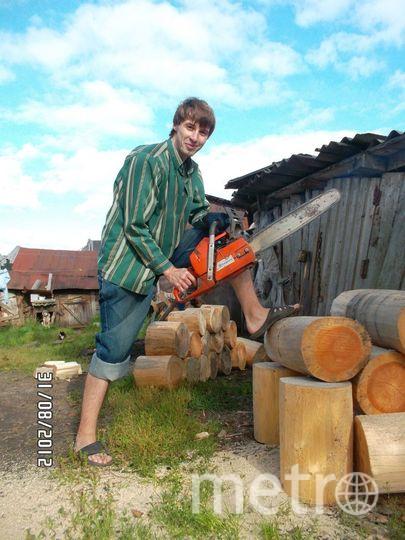 А это наш папа Даня пилит дрова в деревне. Фото Ольга