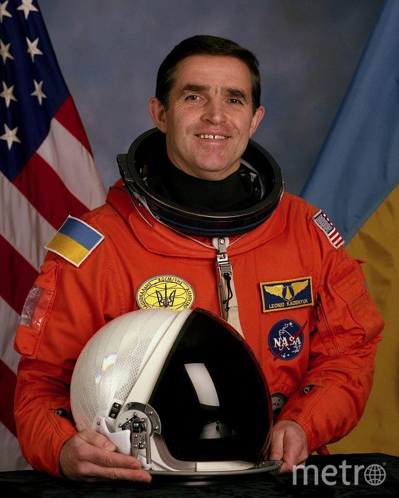 Леонид Каденюк | На левом плече флаг США, на правом плече флаг Украины. Фото Wikipedia