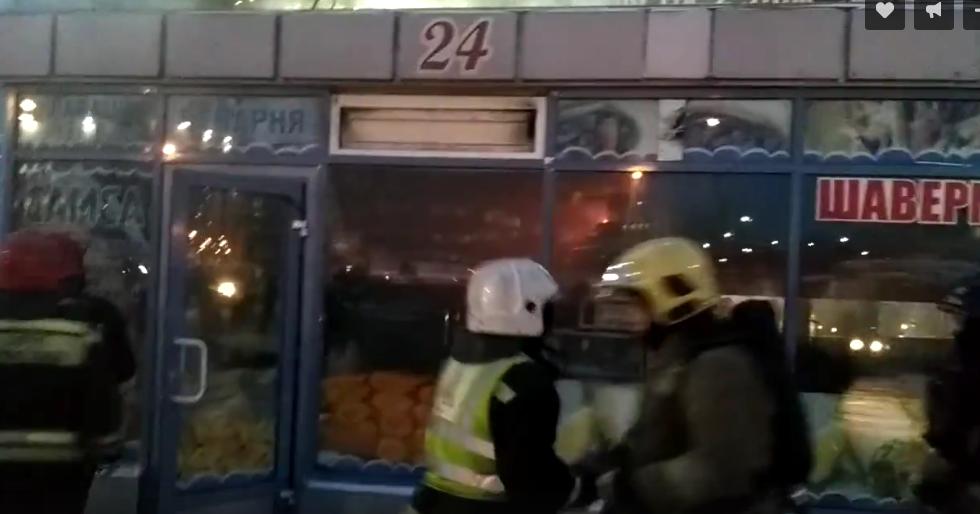 В Петербурге полностью сгорел павильон с шавермой. Фото Скриншот видео vk.com/spb_today