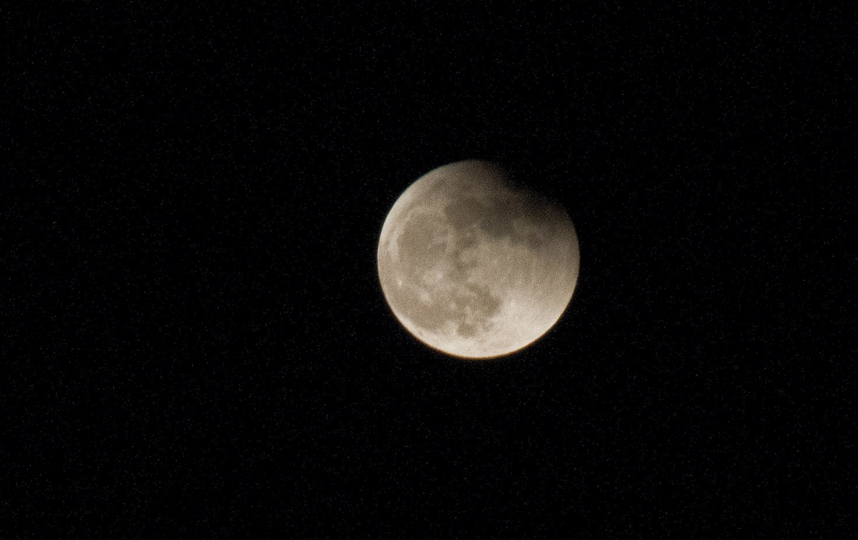 Полнолуние и затмение луны в Петербурге. Фото Анна Лутченкова.