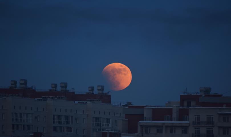 Полнолуние и затмение луны в Петербурге. Фото Скриншот instagram.com/oks_abnormal/