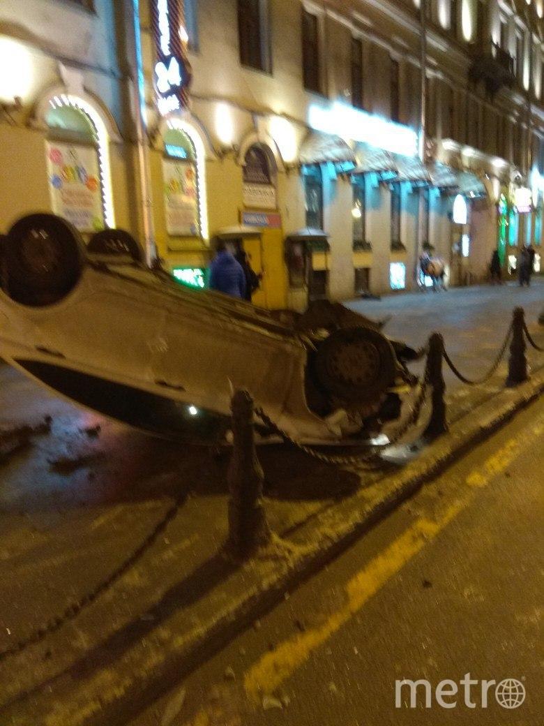 Иномарка вылетела на тротуар на Невском проспекте в Петербурге.