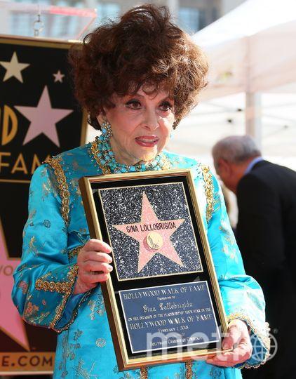Джина Лоллобриджида в 90 лет получила именную звезду на Аллее славы в Голливуде. Фото Getty