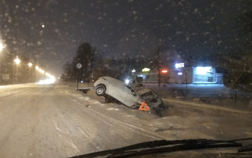На Таллинском шоссе улетели в кювет. Фото vk.com