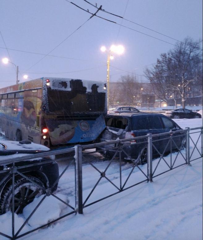 Автобус развернуло у въезда на площадь у Балтийского вокзала. Фото vk.com
