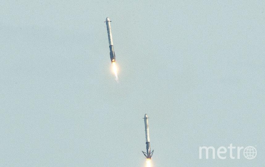 Ускорители ракеты приземляются на платформу в океане. Фото AFP