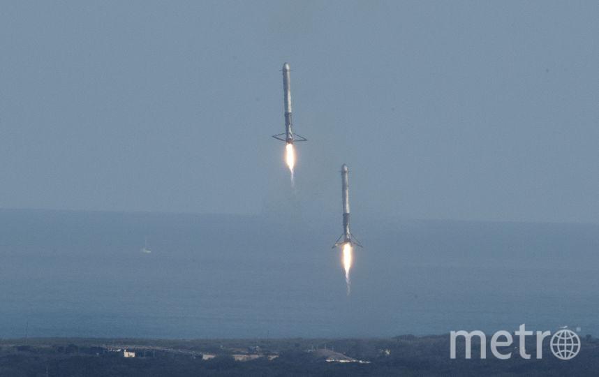 Ускорители ракеты приземляются на платформу в океане.. Фото AFP