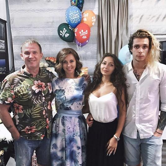 Наталья Сенчукова, Виктор Рыбин и их сын Василий с девушкой. Фото www.instagram.com/nsenchukova_official