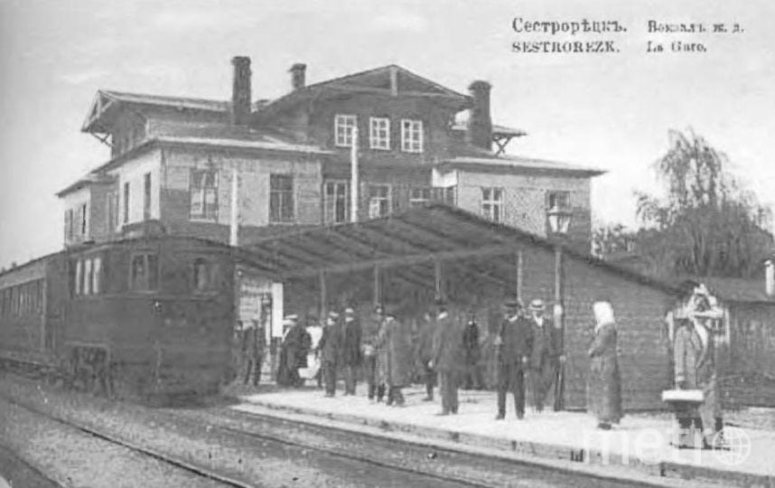 Деревянное здание Сестрорецкого вокзала в начале ХХ века. Фото КГИОП gov.spb.ru