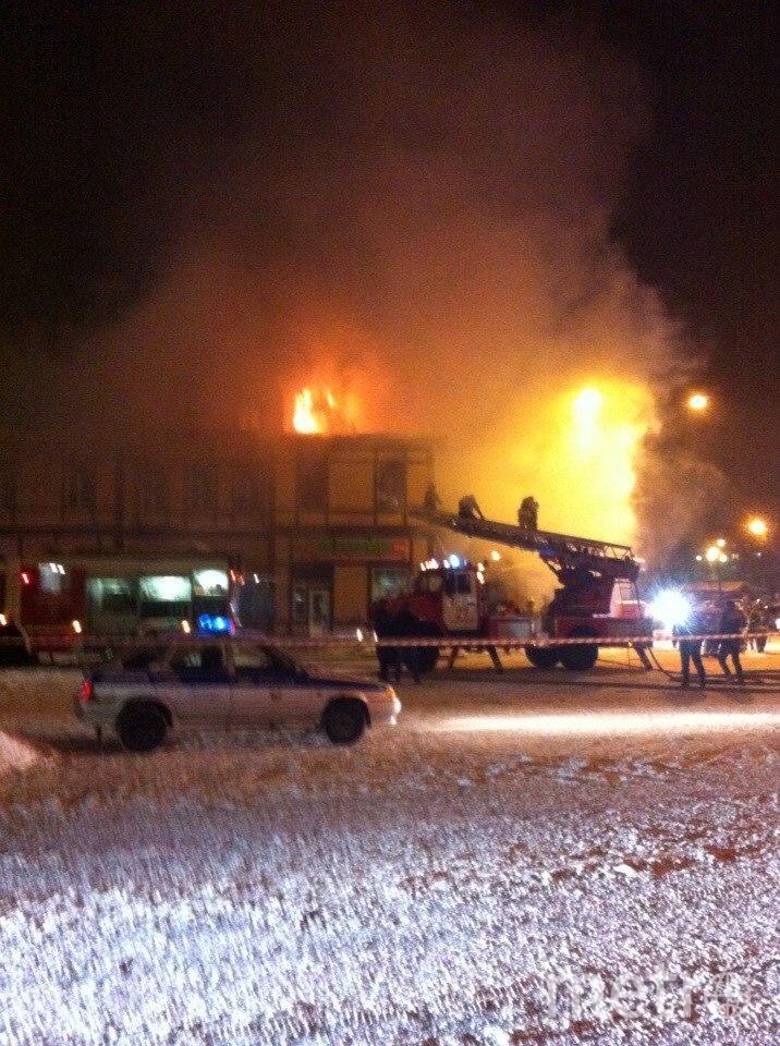 Огонь охватил здание.
