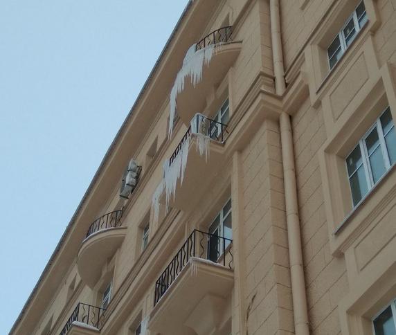"""Сосульки и наледь на крышах домов убирают не оперативно. Фото Ольга Рябинина., """"Metro"""""""