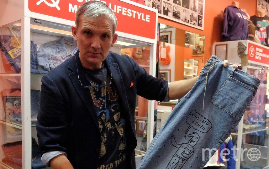 """Рустем Валиахметов показывает джинсы, расписанные художником Андреем Бильжо. Фото Алена Бобрович, """"Metro"""""""