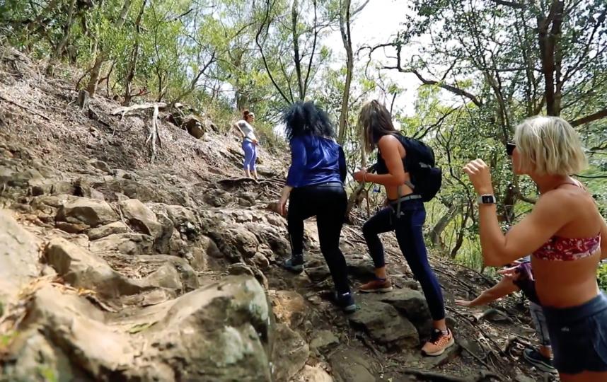 Представительницы движения SuperShe на отдыхе в Каилуа-Кона, Гавайи (США). Фото Super She, Скриншот Youtube