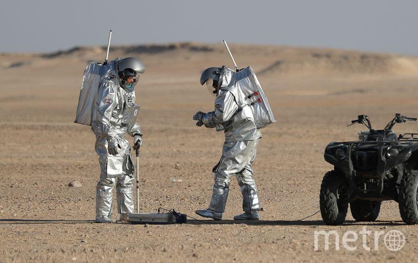 Во время миссии команда проведет серию экспериментов: от выращивания зелени без почвы в надувной гидропонной теплице до тестирования автономного перекати-поля, который отображает местность при движении по ветру. Фото AFP