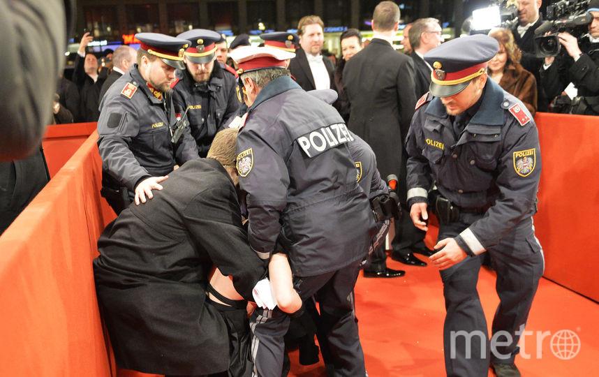 Голая активистка пришла на Венский бал. Фото AFP
