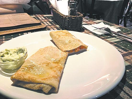 Бретонский блин с сёмгой и соусом «Базилик». Фото Зинаида Мишина.