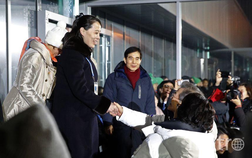 Сестра Ким Чен Ына жмёт руку президену Южной Кореи. Фото Getty