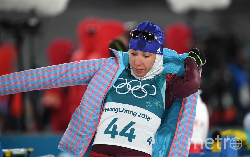 Биатлонистка Ульяна Кайшева спасается от холода. Фото AFP