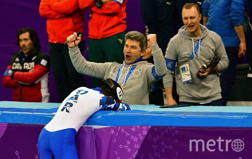 Тренер Семёна Елистратова радуется бронзе. Фото AFP