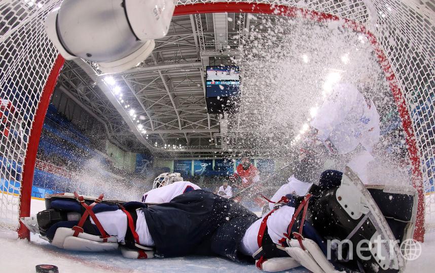 Вратарь женской сборной Кореи по хоккею не спас свои ворота. Фото AFP