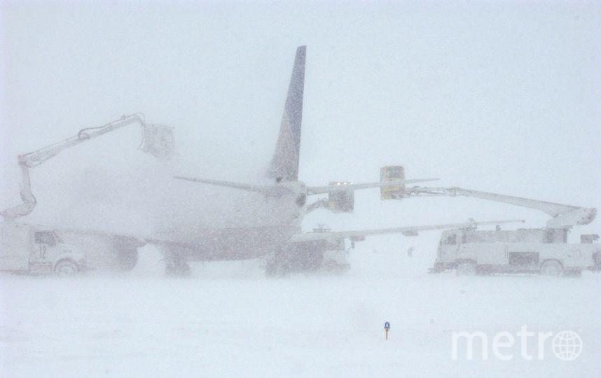 Противообледенительная обработка самолёта. Фото Getty