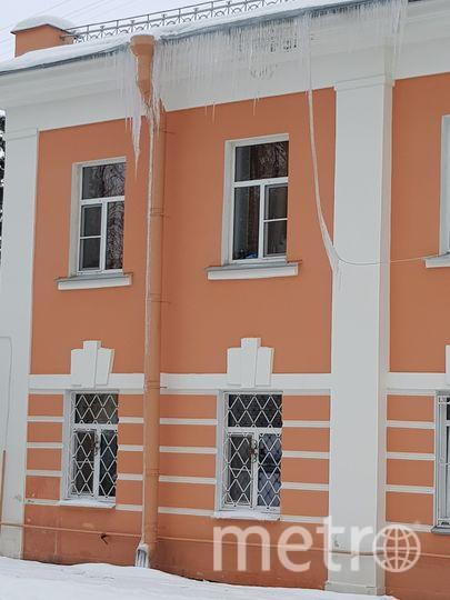 Сосульки в Петербурге. Пушкин - Академический д.8 кв 6 уже протечка с потолка капает в комнате.