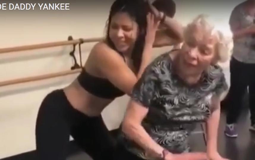 90-летняя бабушка очаровала Сеть зажигательным танцем. Фото Все - скриншот YouTube