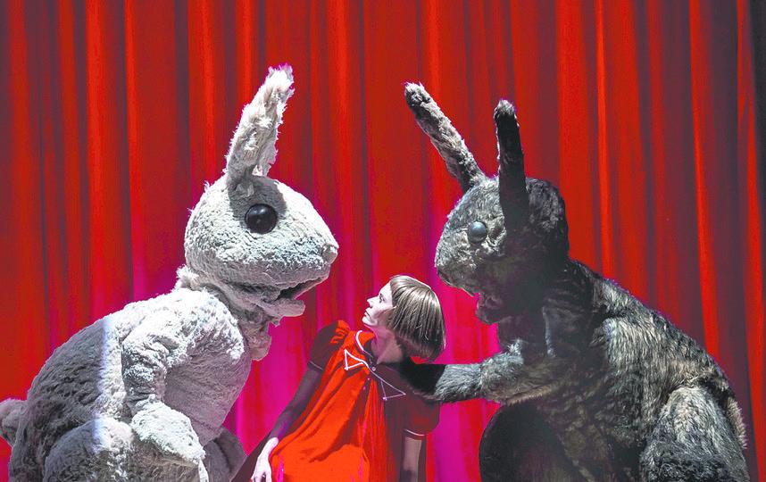 Алиса (Дарья Авратинская) беседует с мартовским зайцем и серым кроликом. Фото Ирина Полярная, Предоставлено организаторами