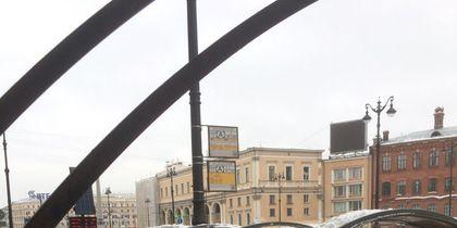 Также 13 февраля сбрасывали лёд, с дома и проломили крышу на Лиговском. Фото ДТП и ЧП | Санкт-Петербург | vk.com/spb_today., vk.com