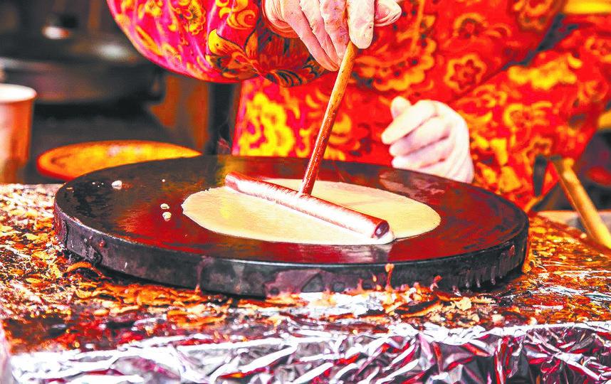 В рамках фестиваля проходят мастер-классы по выпечке необычных блинов по старинным и, наоборот, новаторским рецептам. Фото Василий Кузьмичёнок, оргкомитет фестиваля