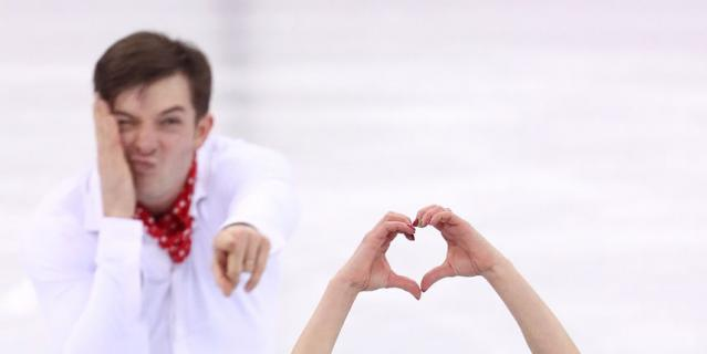 Пары не забыли про День Валентина даже на льду. Валентина Маркеи с Ондржеем Готареком.