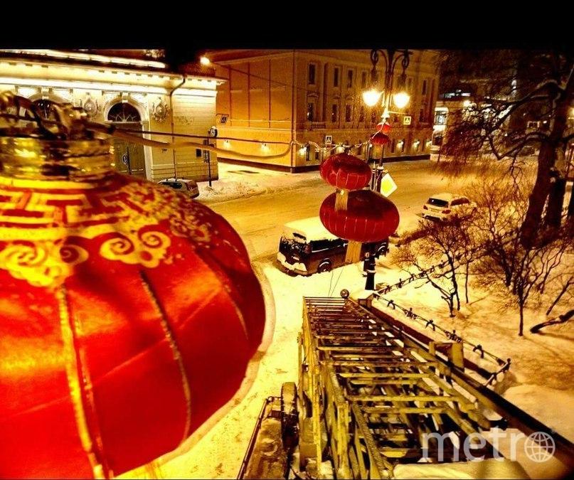 """В Новоманежном сквере повесили фонарики. Фото СПб ГУП """"Ленсвет"""""""
