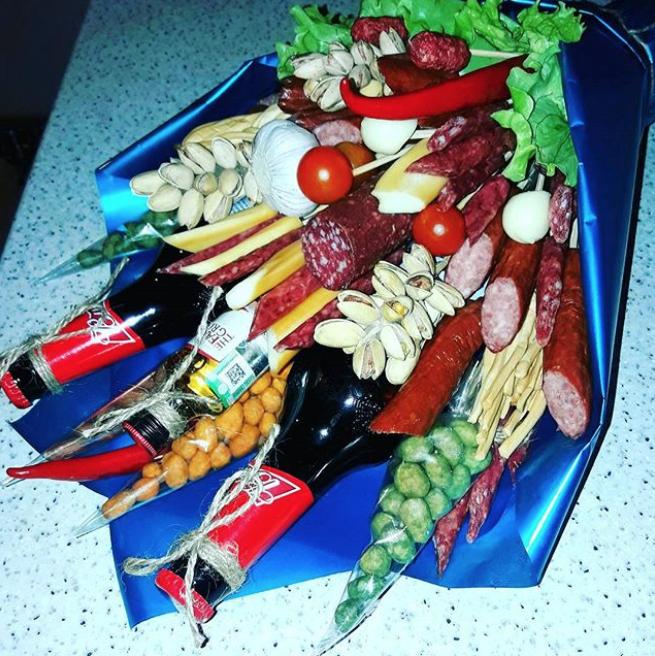 Одними цветами сыт не будешь (подарок мужу от его супруги). Фото Instagram @evgeny_vitalich