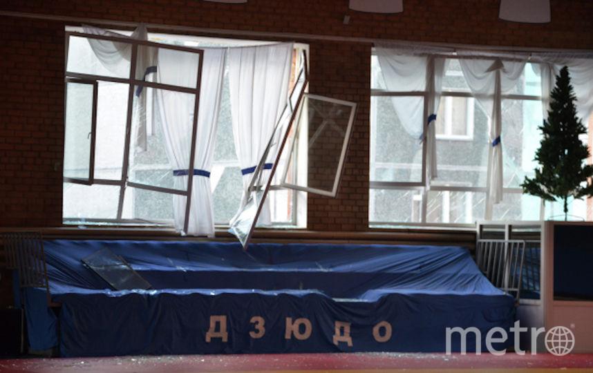Выбитые стёкла в местной школе. Фото РИА Новости