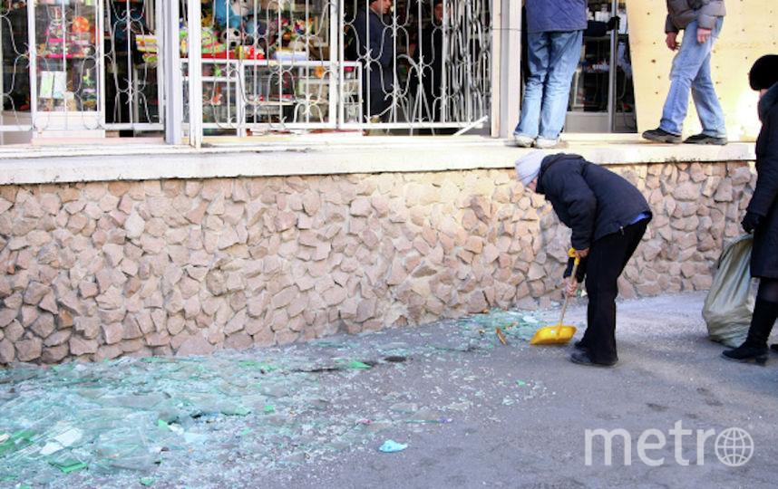 Жители Челяинска убираются на улицах после падения метеорита. Фото РИА Новости