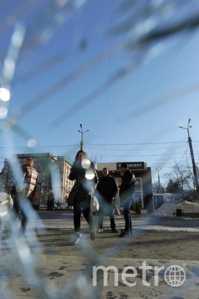 Разбитые стекла у зданий на улицах Челябинска. Фото РИА Новости