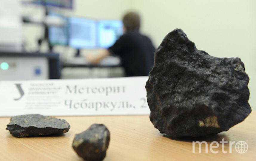 Кусочек челябинского метеорита. Фото РИА Новости