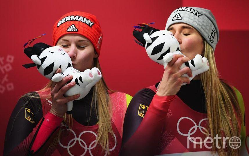 Яркие фото Олимпийских Игр. Немецкие саночницы - медалистки. Фото Getty